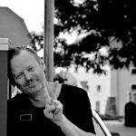 Artur Szuba. Zdjęcie zrobione w Jarocinie. W tle Spichlerz. Fot. Marta Cichocka.
