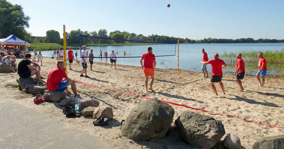 Mecz siatkówki plażowej podczas festynu w Chłopowie